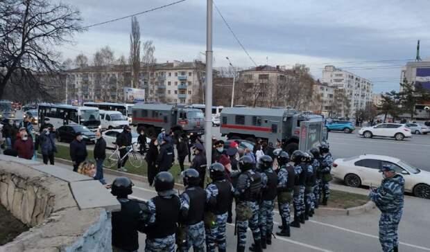 ОМОН преградил дорогу митингующим около универмага «Уфа»