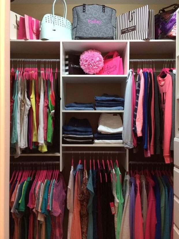 Старайтесь обустраивать гардеробную разноформатной мебелью. Единственный шкаф вдоль стены или одни только полки быстро наскучат