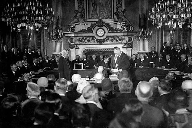 Густав Штреземан подписывает Локарнский договор, 1925 год. Фото: Imagno / Getty Images / Fotobank.ru