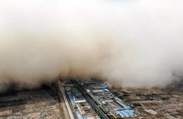 Фото дня: песчаная буря накрывает деревню
