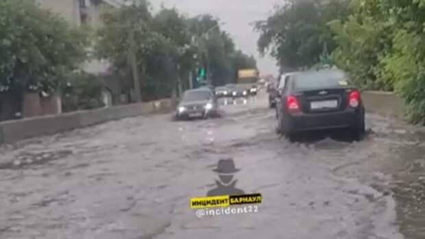 Барнаульцы рассказали о потопе на дороге в центре города