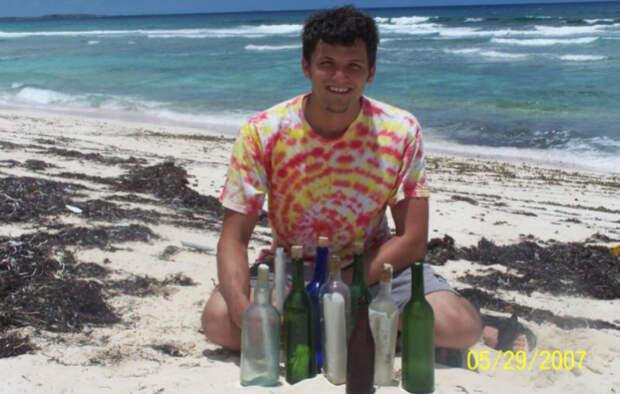 Американец бросил работу, чтобы бродить попляжам иискать записки вбутылках