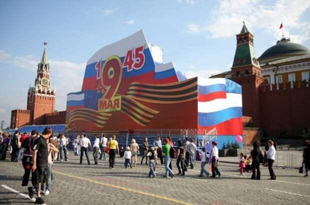 Закрытой фанерой мавзолей Ленина