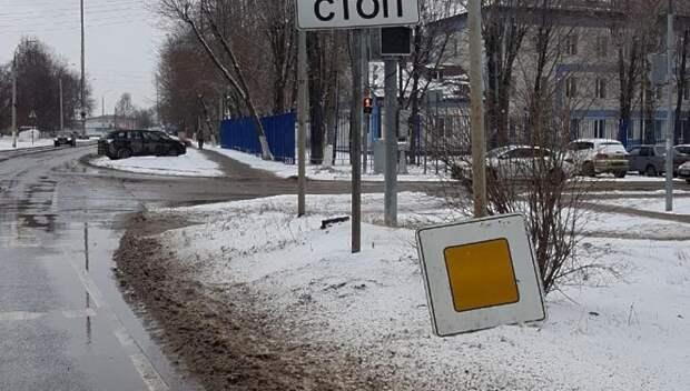 Дорожный знак «Главная дорога» восстановили на улице Володи Дубинина