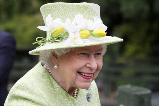 Королева Елизавета II осталась без бара из-за пьянства служащих