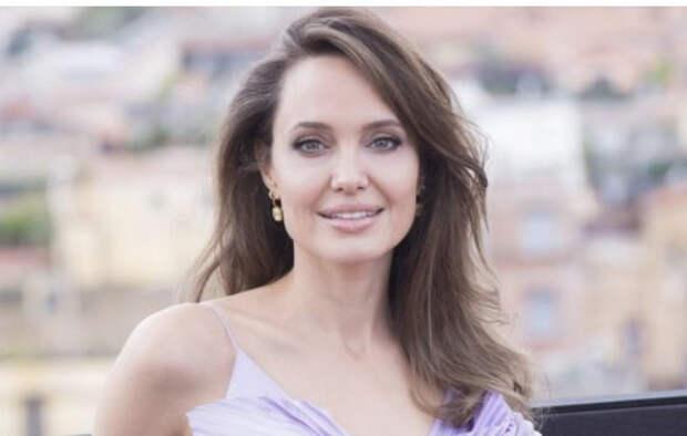 Анджелина Джоли спровоцировала слухи о воссоединении с первым мужем