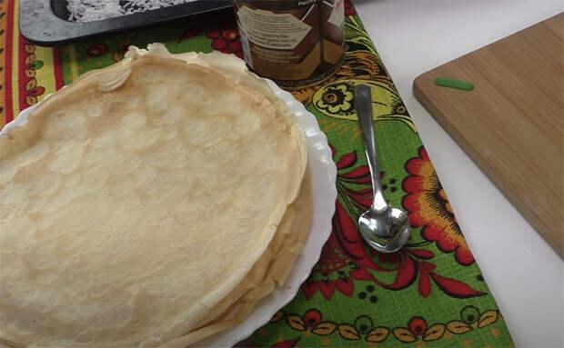 Заливаем блины кремом и превращаем в нежный пирог. На вкус сплошная начинка