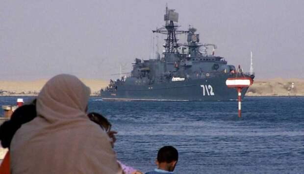 Российские боевые корабли пустили по Суэцкому каналу вне очереди. Американцев после русских