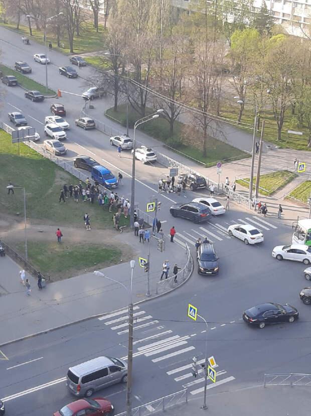 Первоклассница тяжело пострадала, угодив под машину на Кондратьевском. На помощь ей бросились очевидцы