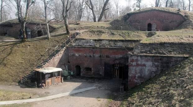 Один из двух внутренних двориков форта с укрытиями для расчетов артиллерийских орудий главного калибра форта в верхней части Александр Архипов/ТАСС