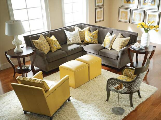 Интересный интерьер гостиной в серо-желтых тонах, что точно по особенному преобразит комнату такого плана.