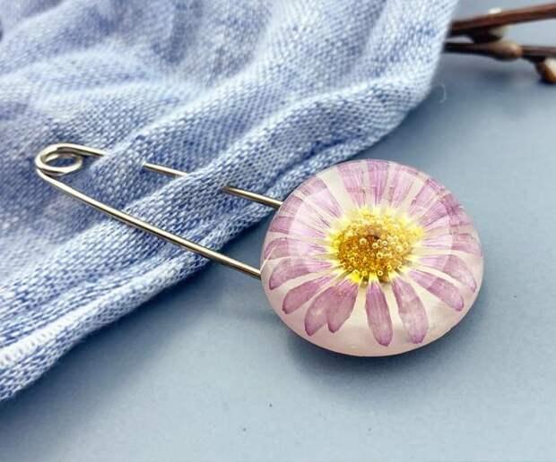 Брошь с ромашкой Английская булавка-брошка с цветком Подарок девушке  (модель № 2683) Glassy Flowers №742007 - купить в Украине на Crafta.ua