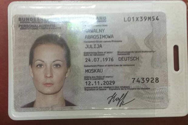 Артемий Лебедев поделился фото удостоверения Навальной с немецким гражданством