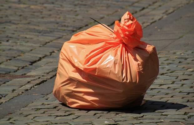 Коммунальщики убрали оставленные мешки с мусором во дворе на Снежной
