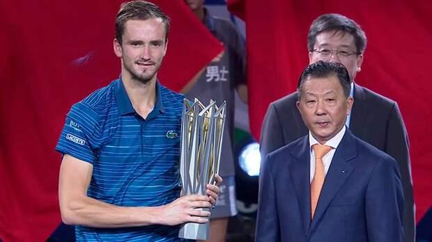 «Очень тяжелый кубок». Русский теннисист Медведев выиграл второй подряд «Мастерс»