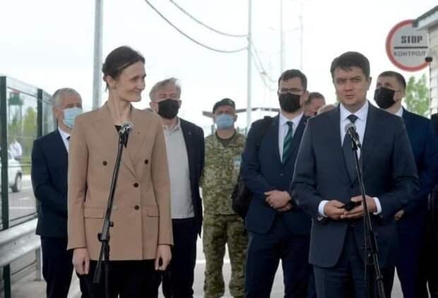 Показали «украинский Крым» издалека: спикер Рады свозил иностранную гостью на КПВВ (ФОТО)