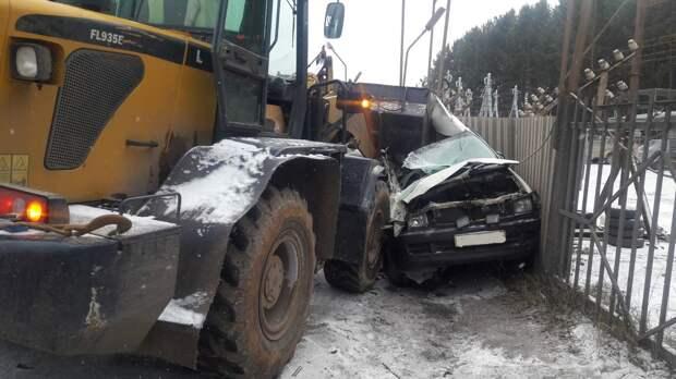 Водитель легковушки на летней резине погиб после столкновения с трактором в Ижевске