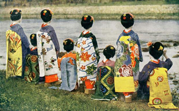1910. Восемь Майко демонстрируют свои дарари-но-оби