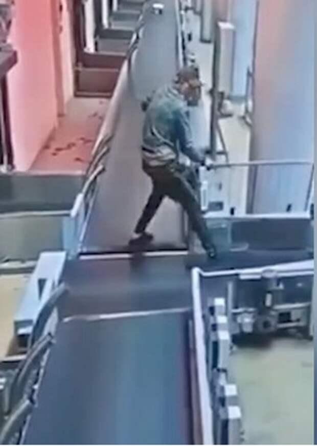 Мужчина прокатился по багажной ленте и попал  во внутреннее помещение аэропорта Шереметьево