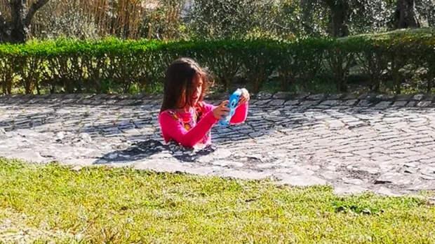 Оптическая иллюзия с застрявшей в бетоне девочкой напугала пользователей соцсетей