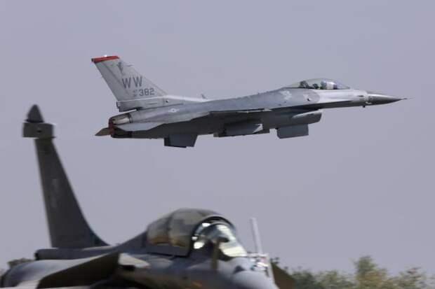 На фото: F-16