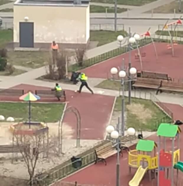 Дворники на Заповедной в перерывах играют в футбол во дворе