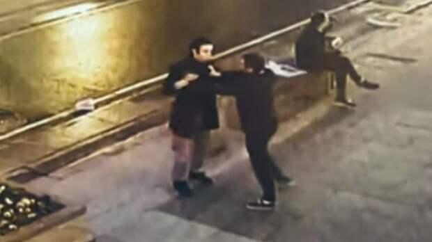 В Москве пьяный самбист ударил прохожего головой об асфальт борцовским приемом. Видео
