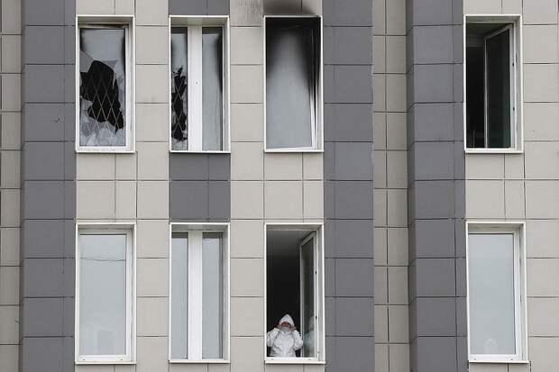 Санкт-Петербург, 12 мая 2020 г. Медицинский работник в здании Больницы Святого Георгия, где в результате пожара погибли пять пациентов с коронавирусом в отделении реанимации. Фото: EPA/ANATOLY MALTSEV/ТАСС