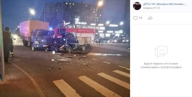 На Неманском проезде столкнулись два автомобиля лоб в лоб