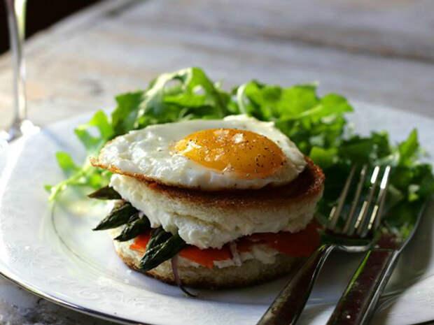 Горячий бутерброд с лососем и яйцом.