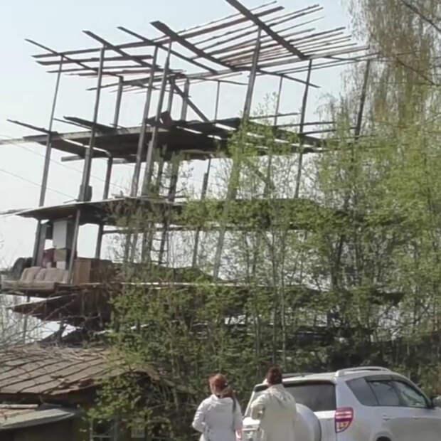 Мужчина строит небоскрёб на крыше своего сгоревшего дома