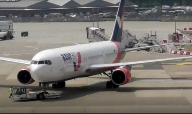 15 пассажиров отказались лететь на самолете из-за его неисправности