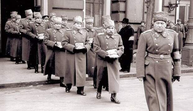 Вынос наград Сталина на похоронах, Буденный несет звезду героя Советского Союза и третий орден Ленина