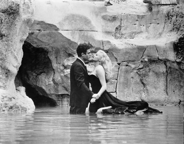 Наряд Аниты Экберг из знаменитого фильма Федерико Феллини «Сладкая жизнь» (1960).