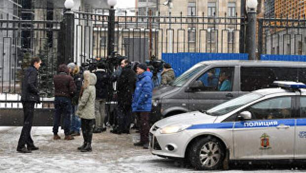 Журналисты у здания Следственного комитета РФ