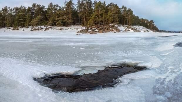 Провалившаяся под лед рыбачка из Карелии умерла в машине скорой помощи