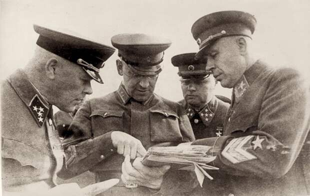 Что Сталин сделал с командующими западными фронтами после нападения Германии