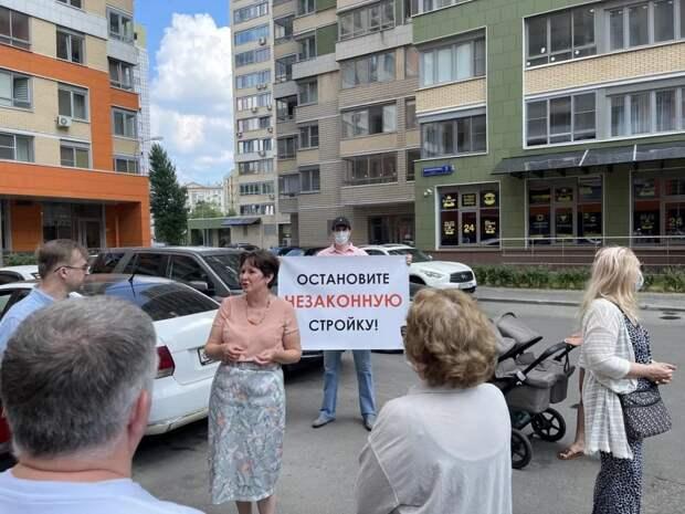 Разворотнева: необходимо сохранить парковку на ул. Мельникова. Фото: Екатерина Бибикова