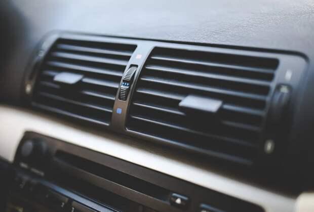 Автоэксперт напомнил о важном нюансе при заправке кондиционера в машине