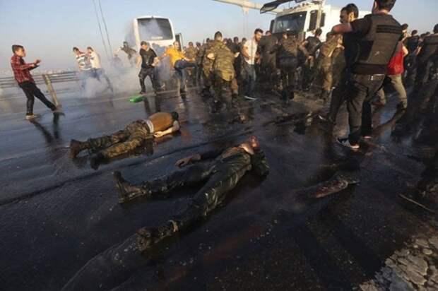 Вот как обошлись с солдатами, участвовавшими в государственном перевороте в Турции...