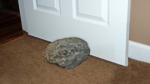 Камнем 30 лет подпирали дверь, пока в гости не зашла геолог и не опознала редкий метеорит