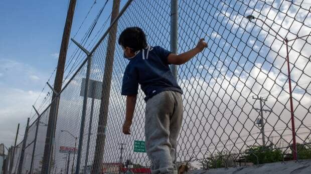Белый дом начал расследование из-за того, что детей-беженцев сутками держали в автобусе