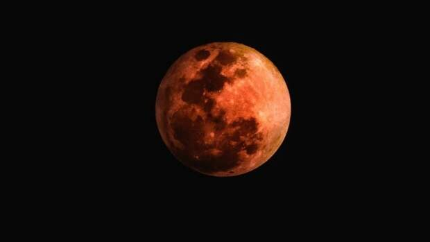Астролог Глоба рекомендовал не пить и не отчаиваться в период лунного затмения