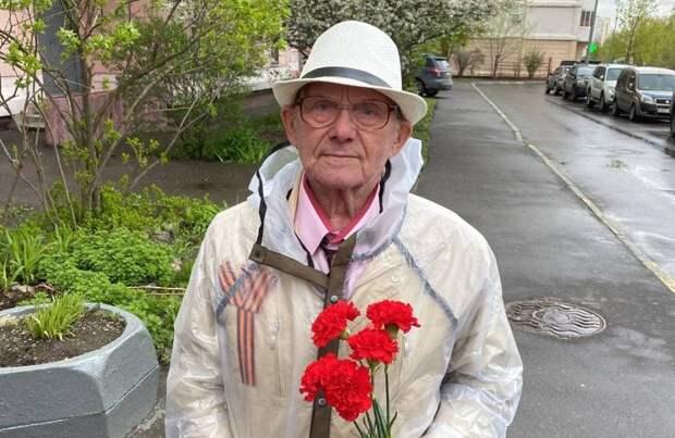 Петр Толстой поздравил с Днем Победы ветеранов из ЮВАО / Фото: Александр Чикин