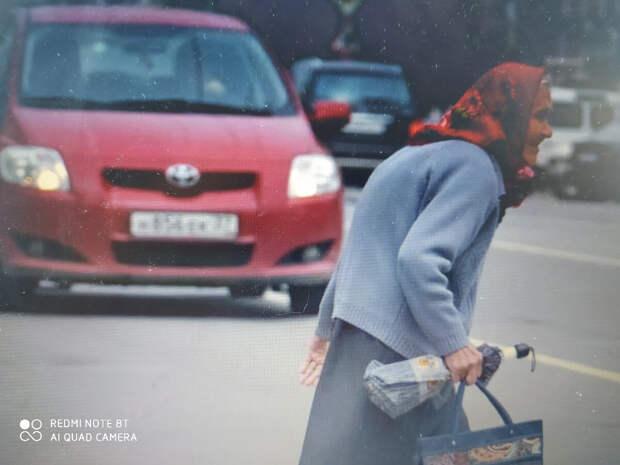 Бабушка торопилась в Церковь на утреннюю службу и перебежала дорогу на красный свет
