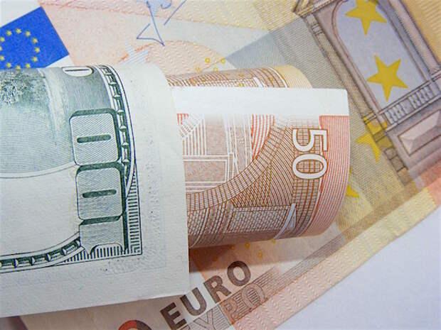 Рубль в ходе торгов выигрывает у доллара, но слабеет к евро