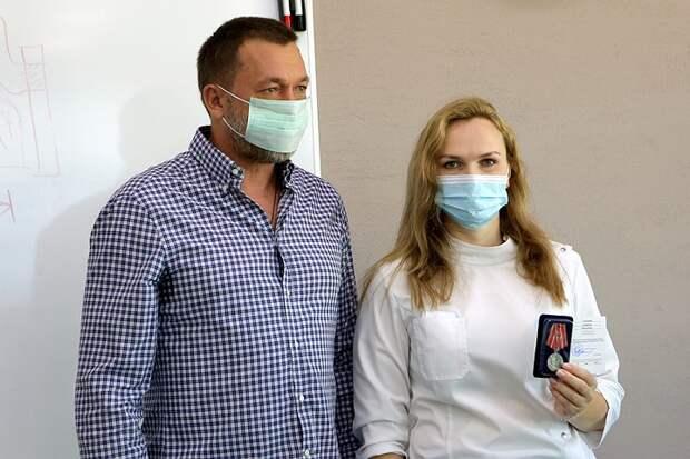 Защитили память о подвиге врачей: Дмитрий Саблин вместе с волонтерами высадил липовую аллею