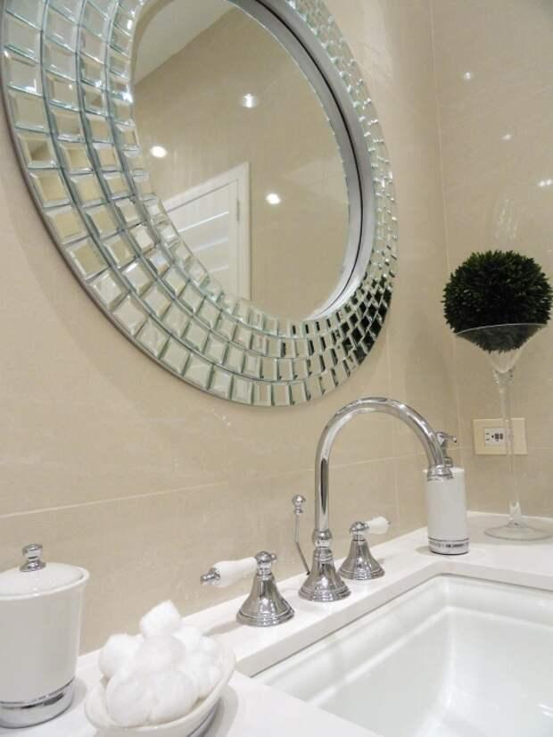 Стильное зеркало над раковиной в ванной