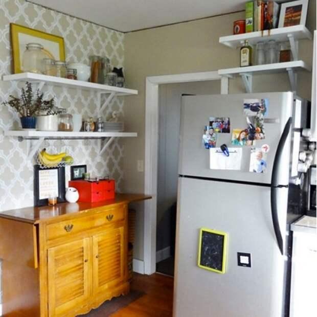 Полка над холодильником нужна для хранения вещей, которые редко используются. / Фото: homerunsolutions.net