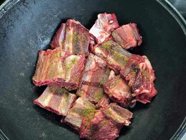Никогда не была в Узбекистане, но готовить «Басму в казане» люблю. Мясо получается идеально: мягчайшее. Делюсь рецептом